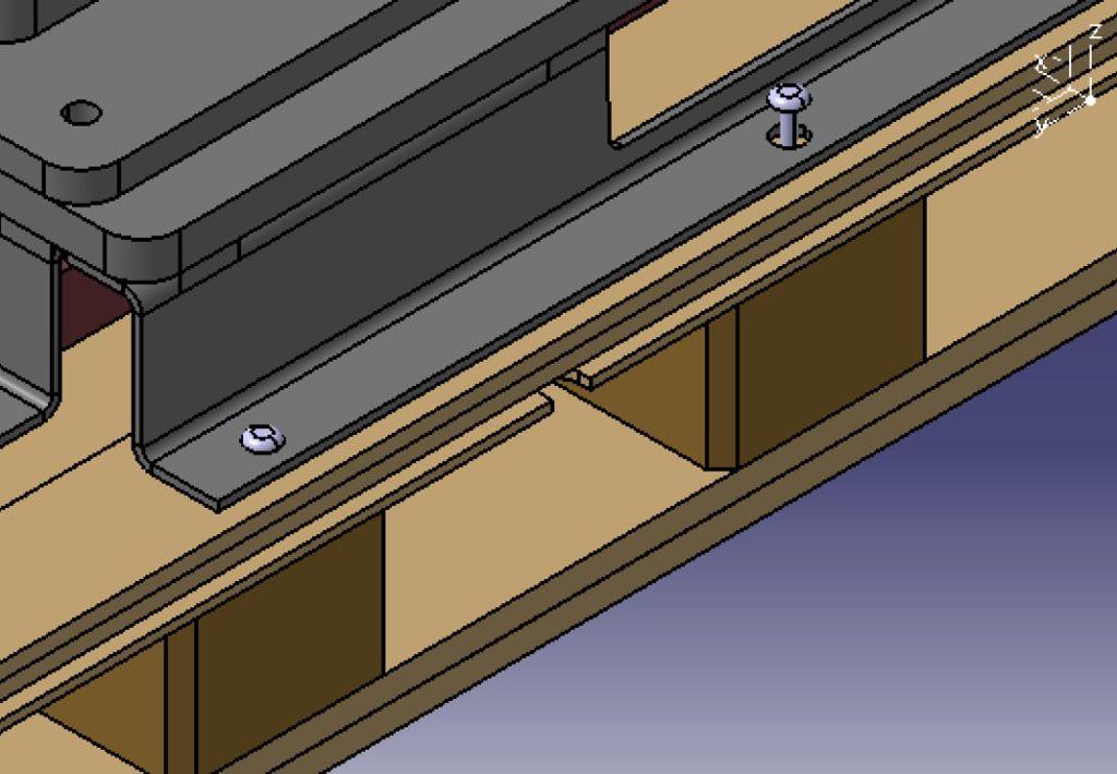 förpackningar - Eftersom produkten väger 1200kg så är den fastbultad i pallbotten under transport. Pallblocken är asymmetriskt placerade för att delningen av bulthålen skall passa och medföra enkelt montage.